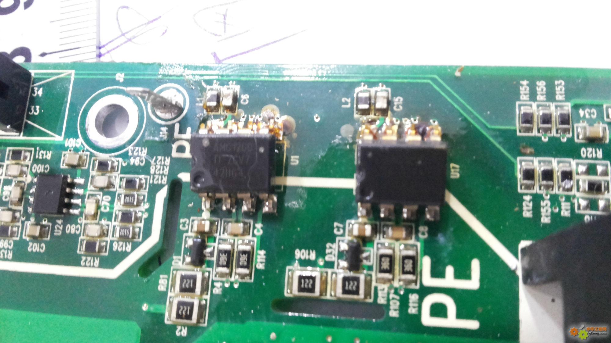 沃森变频器VD300上电无显示,检查模块整流桥部分断路,PN端子对UVW各项断路,炸机维修中变频器通过把炸掉的模块拆掉,检查电源部分基本正常,在PN端直接上电500V,面板有显示,显示故障代码是ER19,说明书说是电流检测故障,查看电路为两个运放AMC1200,把运放的输出端全部断开,机器显示正常了,估计是运放受电流冲击挂了,运行频率正常操作正常,查看各个驱动电压只有两路正常,用示波器检查TL350的输入脚有波形输入,6路波形都很正常,检测各路电源都正常了,光耦输出端只有两路有驱动波形,手里没有TL350