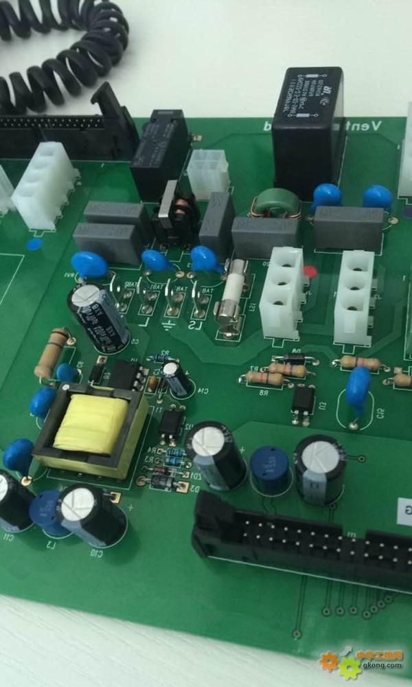电容器将无线干扰的电流引到旁路去.