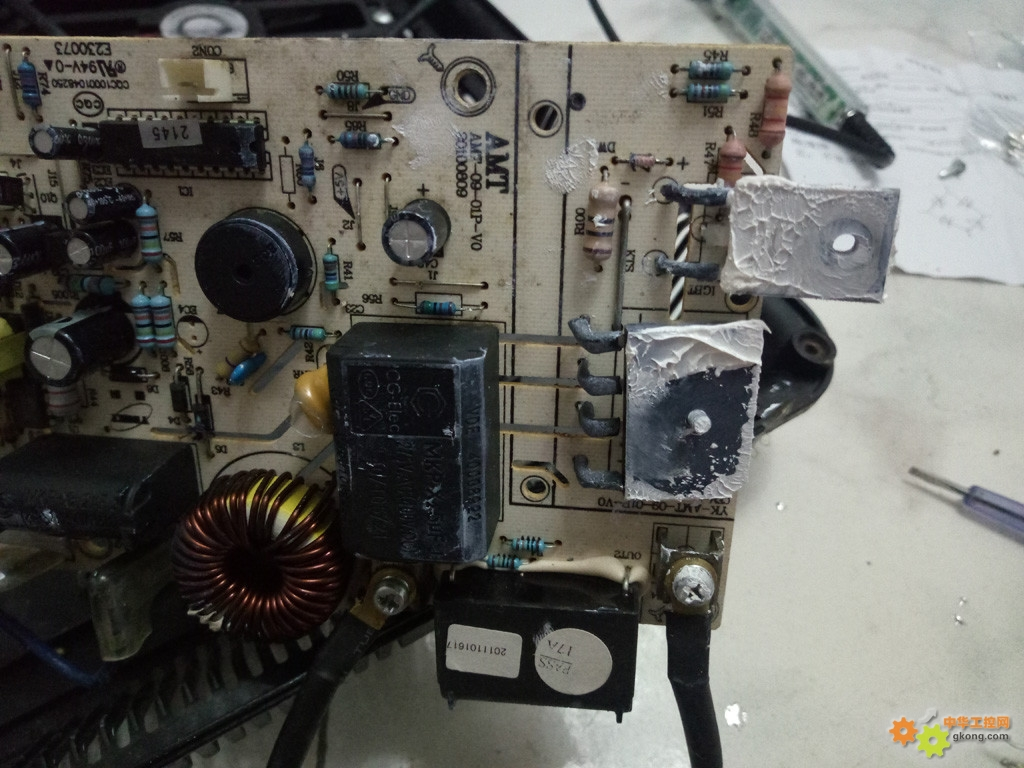 我用了 5年多的的艾美特电磁炉坏了。型号是ce2145-z 有电源开关的,这个好,省的拔插头。 几天前开机只听得一声响,整个房间都没电了,电磁炉短路了。 拆开看,12.5A的保险烧炸了,大功率场效应管H20R1203击穿了,桥堆也击穿了。赶紧到马云店买了3个(便宜,两个备用)场效应管,一个桥堆和10个12A的保险。共花了11.