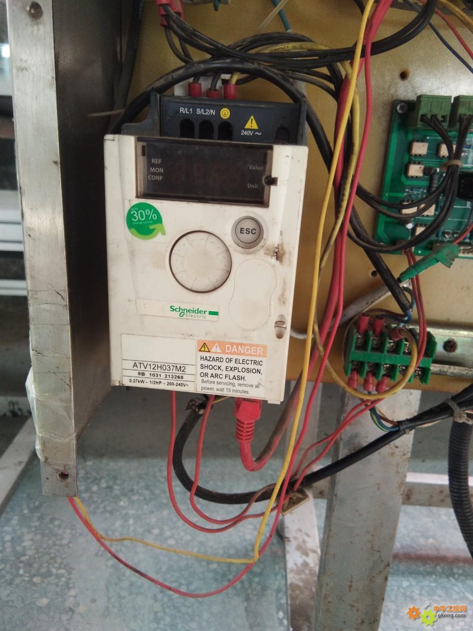 施耐德变频器如何通电就启动?