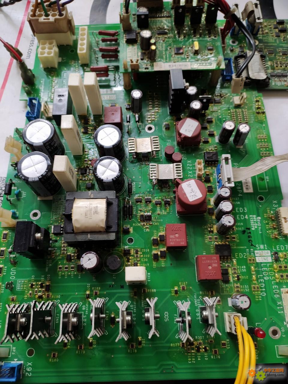 施耐德61大功率变频器上电不显示?