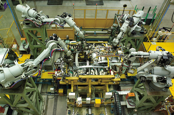 汽车制造、焊接等高端行业领域的机器人市场主要被外国企业占据 其次,国产机器人也没有核心技术和零部件。控制器、伺服电机、减速机是机器人的三大核心零部件,占到机器人成本的70%。在2015年,约有75%的精密减速器由日本进口;伺服电机和驱动超过80%依赖进口,主要来自日本和欧美国家。 没有核心技术,国内的机器人生产变成了简单拼凑——大部分企业以进口零部件,进行组装和代加工为主,易导致盲目扩张和低水平重复建设。 国际机器人及智能装备产业联盟首席执行官罗军认为,在这种情况下推广机器人,弊