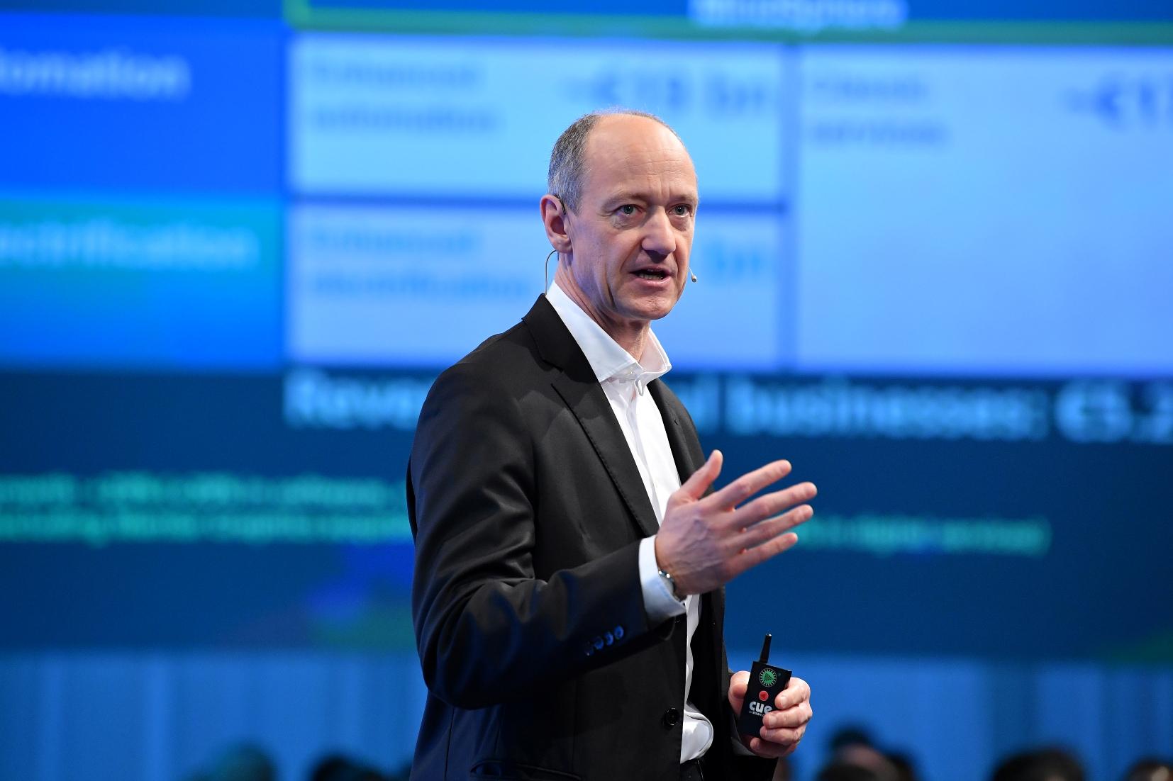 """新闻图片2_西门子股份公司首席技术官博乐仁(Roland Busch)在德国慕尼黑举办的2017西门子创新日上指出:""""我们正在进一步丰富解决方案并拓展业务。"""""""