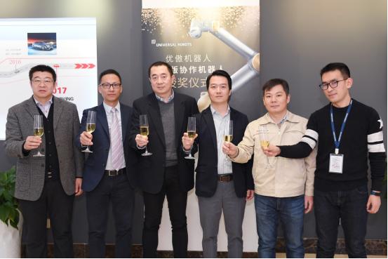 """北汽李尔、优傲机器人公司、奇点视觉技术公司齐聚一堂,共同庆祝中国区的""""优傲UR限量版黄金机器人""""落户北汽李尔"""