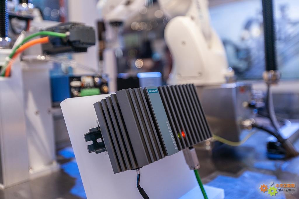 新闻图片_西门子推出边缘应用硬件设备Simatic IPC227E