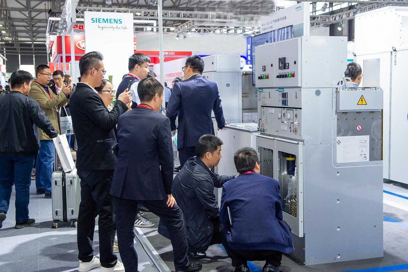 新闻图片2_现场观众对西门子在中国首次推出全新的blue GIS系列洁净空气绝缘开关设备充满兴趣