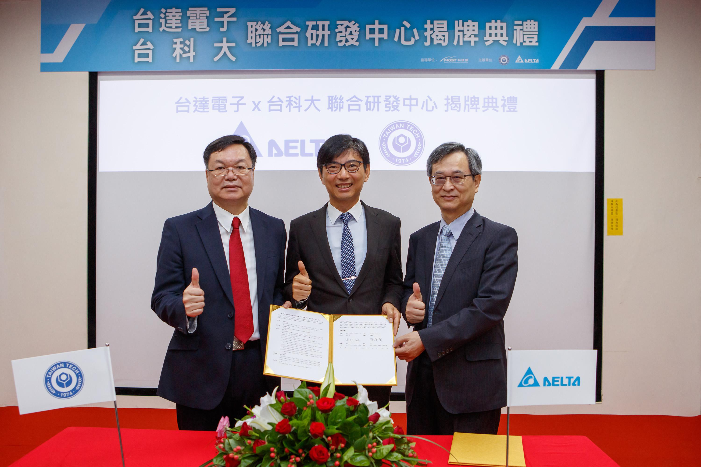 台科大校长廖庆荣先生(左一)及台达电子总经理暨营运长张训海先生(右一)代表双方签订合作意向书