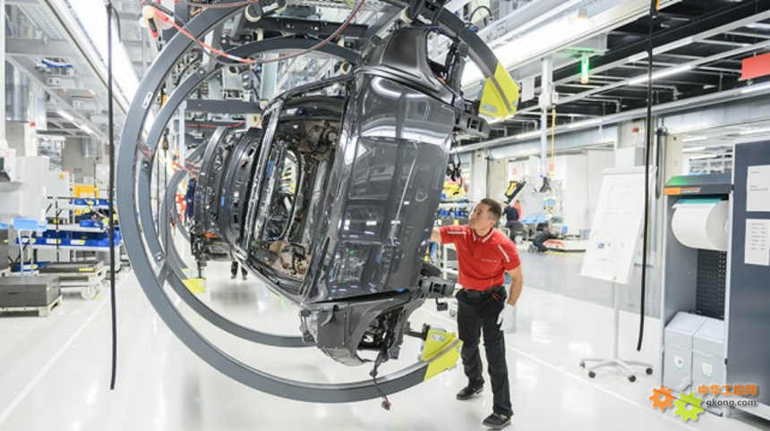 新闻图片_除AGV小车和车门输送系统之外,生产线还配备了倾斜式EMS吊具,确保工作条件符合人体工学设计。