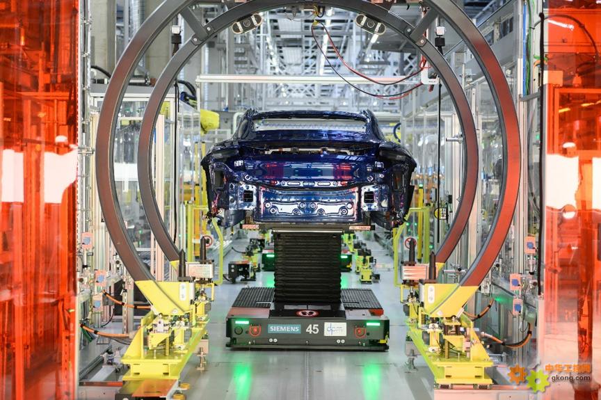 新闻图片_为确保最大的生产灵活性,AGV小车在生产站点之间移动车身。