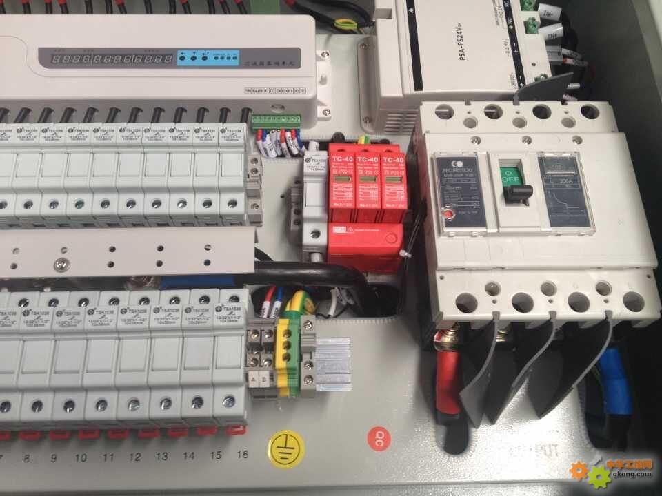 长春供应100KA太阳能发电专用防雷保护器/直流防雷器 型直流电源防雷器用于防止雷电过电压和瞬态过电压对直流电源系统和用电设备造成的损坏,保护设备和使用者的安全。适用于各种直流电源系统,如: · 直流配电屏; · 直流供电设备; · 直流配电箱; · 电子信息系统; · 二次电源设备的输出端。 性能特点 · 通流容量大,残压低, 响应时间快; · 漏电流及变化率小; · 采用最新热脱离技术,彻底